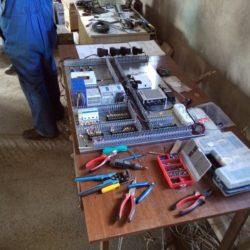 Шкаф управления в процессе сборки на столе у монтажника