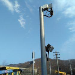 Стойка с камерой видеонаблюдения и бесконтактным считывателем