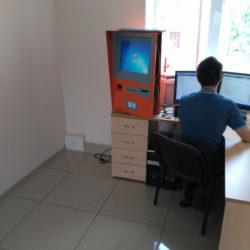 Программист работает над терминалом